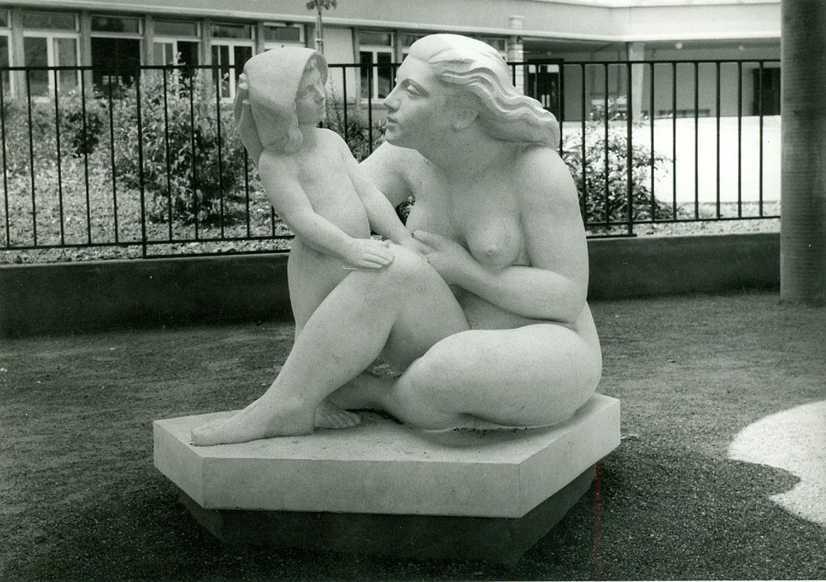 Groupe en pierre représentant une mère et son enfant de René Letourneur à l'entrée du groupe scolaire La Roue vers 1966