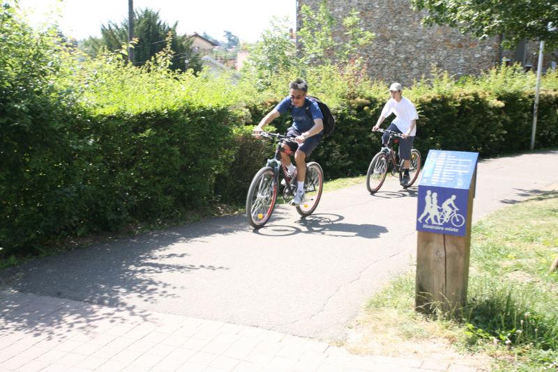 Cycliste sur la coulée verte